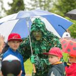 2015 Lehtevämies ja lapset puistokonsertissa, kuva J. Valtola