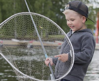 Poika on saanut kalan haaviin.